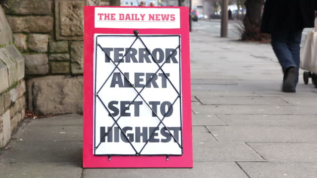 stockvideo's en b-roll-footage met newspaper headline board - terror alert set to highest - terrorisme
