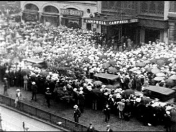 newspaper headline 'valentino dies...' huge crowd of mourners outside frank e. campbell funeral home, police pushing people on sidewalk, silent film... - 1926 stock videos & royalty-free footage