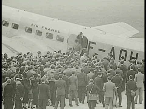 stockvideo's en b-roll-footage met newspaper 'la paix' ws france prime minister eduard daladier exiting airplane crowd ha daladier walking through crowd w/ guards tipping hat ha ws... - 1938