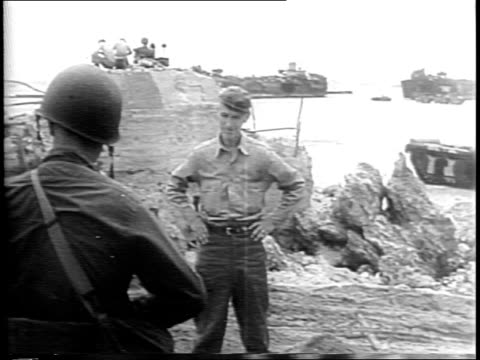 stockvideo's en b-roll-footage met newspaper memorial of ernie pyle the voice of gi joe / landing craft in okinawa with pyle and soldiers / newspapers roll in printing press /... - signeren