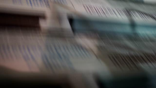 vidéos et rushes de newspaper print process - journal