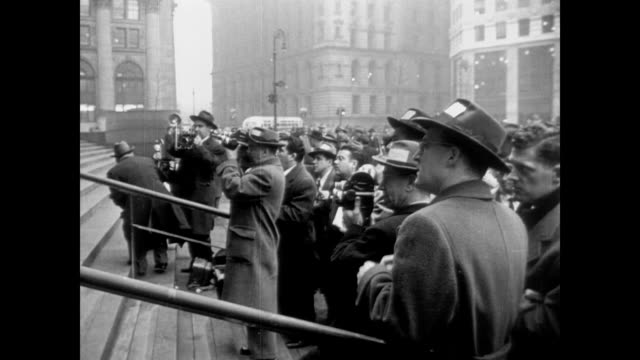 stockvideo's en b-roll-footage met newspaper reporters cover prominent trial - 1940 1949