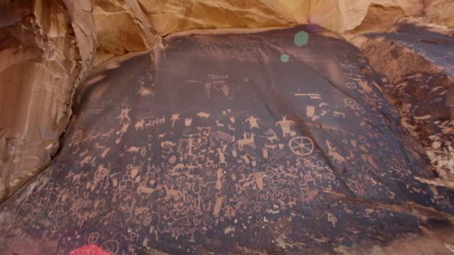 新聞ロック州立公園ペトログリフ レンズフレア ユタ州 - プエブロ文化点の映像素材/bロール