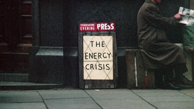 zi newspaper signboard highlighting the energy crisis / united kingdom - fossilt bränsle bildbanksvideor och videomaterial från bakom kulisserna