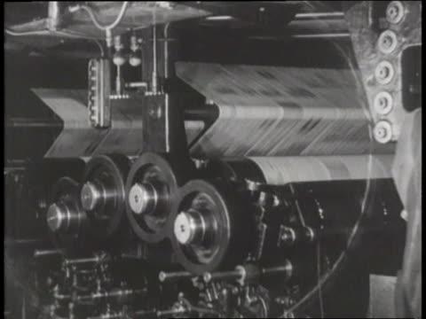 newspaper spins through a printing press - 印刷機点の映像素材/bロール