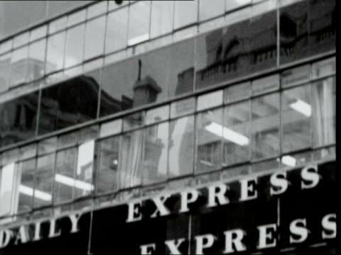 newspaper threat; england: london: fleet st: av pan 'daily mirror' building: daily mirror' building: gv fleet street: wet: sign 'daily telegraph' on... - fleet street stock videos & royalty-free footage