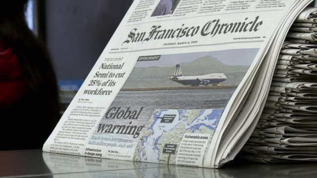 vidéos et rushes de cu newspapers at news stand, san francisco, california, usa / audio - kiosque à journaux