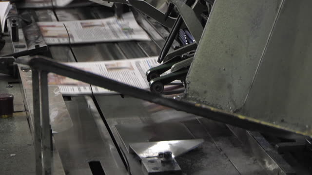 vidéos et rushes de ms newspapers being printed in printing plant / powers, michigan, usa - convoyeur