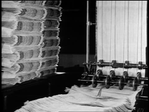 b/w 1919 newspapers coming off printing presses as man grabs some / newsreel - pressa da stampa video stock e b–roll