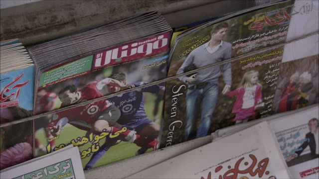 vídeos de stock, filmes e b-roll de cu td newspapers in kiosk, tehran, iran - escrita ocidental