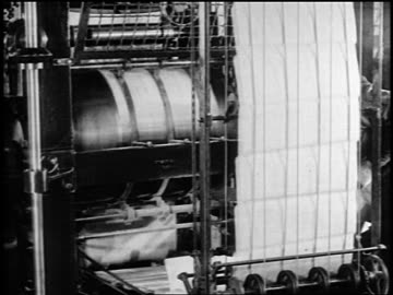 vidéos et rushes de b/w 1919 newspapers running on printing presses / newsreel - 1910 1919