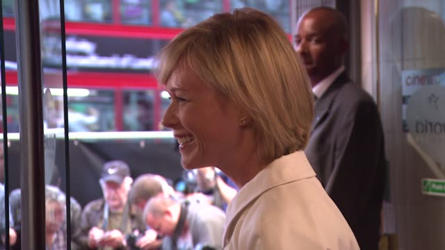 newsreader julie etchingham at the shadow dancer uk premiere at cineworld haymarket on august 13 2012 in london england - ジュリー エッチンガム点の映像素材/bロール