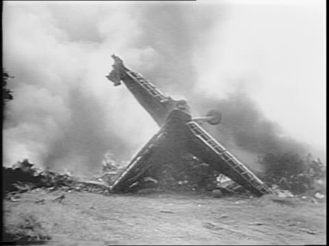 newsreel / as another plane is about to crash, the pilots bail out just in time / - gleiten stock-videos und b-roll-filmmaterial