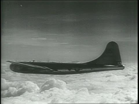 vídeos de stock, filmes e b-roll de newsreel / atom bomb no 4, zero hour near for pacific test / operation crossroads / b-29 bomber in the air, crew aiming / explosion over the ocean,... - nuvem cogumelo