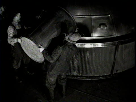 vidéos et rushes de newsreel / men work inside a milwaukee brewery / they pour from a barrel into a large machine / other workers hammer tops onto beer barrels / - prohibition