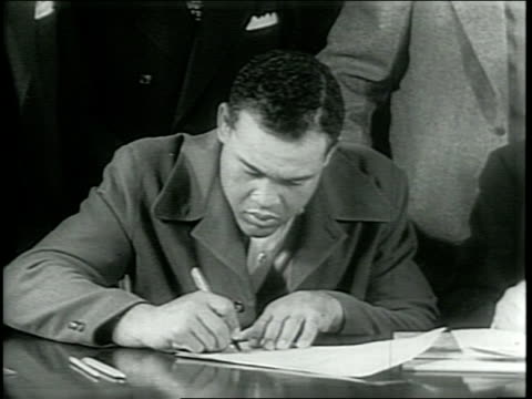 vidéos et rushes de newsreel / narrated / boxers billy conn and joe louis receive physical examinations from doctors / joe louis and billy conn sign contracts pertaining... - raconter