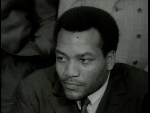 newsreel narrated by ed herlihy muhammad ali meeting with other black athletes to stand up against draft for vietnam war ali w/ lew alcindor jim... - entscheidung stock-videos und b-roll-filmmaterial