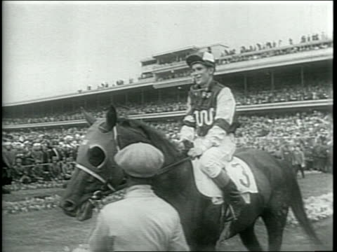 vidéos et rushes de newsreel / narrated / horses race around the track in the 72nd annual kentucky derby / a horse named assault wins the race / the horse and jockey... - raconter