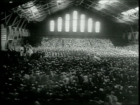 vidéos et rushes de newsreel / narrated / paramount news / cadets graduate from west point in new york in 1946 / graduates break rank and run cheering / graduates sit in... - raconter