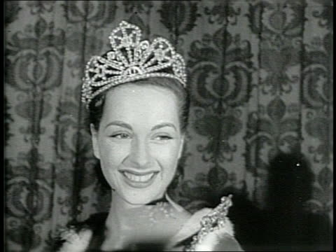 newsreel / narrated / the contestants of the 1946 miss america pageant are lined up in their swimsuits and sashes / the contestants pass a... - マナー点の映像素材/bロール
