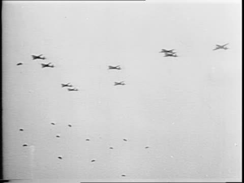 newsreel / narrated / world war 2 / remember arnhem / allied airborne army / planes and gliders over holland / sky-borne troops / aerial shots of... - segelflygplan bildbanksvideor och videomaterial från bakom kulisserna