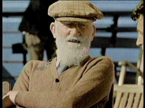 newsreel / no audio / george bernard shaw dies in 1950 / footage of shaw speaking at a microphone / speaking to a group of people / walking with an... - 脚本家点の映像素材/bロール