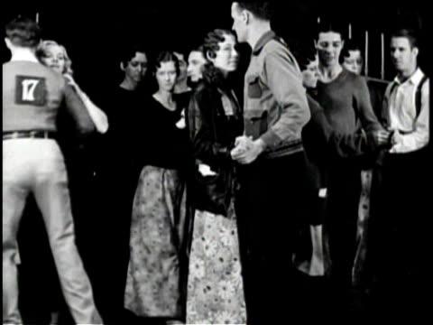 vídeos de stock e filmes b-roll de newsreel / no audio / pathe news / title card reads marathon dancers step into matrimony washington judge unites happy couple in jazz wedding as... - votos matrimoniais