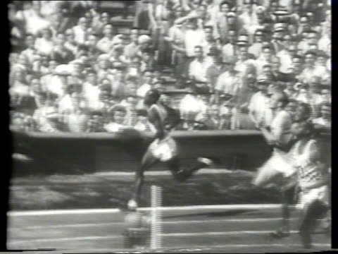 vídeos y material grabado en eventos de stock de newsreel / olympic track and field / 100m dash event / gun fires and they take off / mel patton and barney ewell are favorites but harrison dillard... - primer puesto