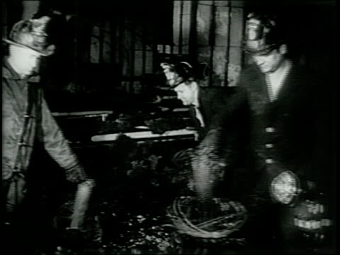vídeos de stock, filmes e b-roll de newsreel / paramount news / fire at la salle hotel in chicago illinois kills 58 people in june 1946 / firefighters carry cloth wrapped bodies / man... - paramount building