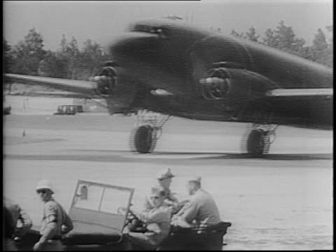 stockvideo's en b-roll-footage met newsreel / paratroops and glider troops of troop carrier command train at camp maxton north carolina / soldiers board carrier planes on runway / jeep... - zweefvliegtuig