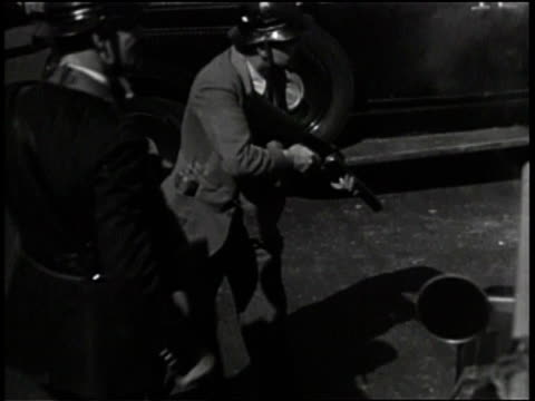 vídeos y material grabado en eventos de stock de newsreel / pathe news / title card reads: 'frisco strike riots! / riot breaks out after strike / maritime workers strike and riot in san francisco to... - 1934