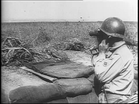vidéos et rushes de newsreel / shots of allied soldiers unloading and putting together a large gun along the road / a signal corp soldier spotting with binoculars /... - artillerie lourde