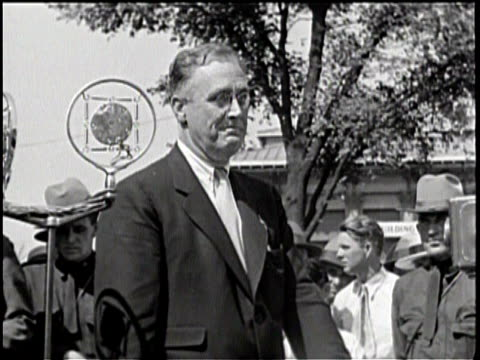 vidéos et rushes de newsreel / / the president stands outside in front of the press and farmers and discusses the responsibility of taxes / an older couple in a hat and... - président