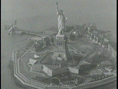newsreel / the statue of liberty from every angle / roosevelt gives speech at statue of liberty / photographers document the event with their cameras... - freiheitsstatue stock-videos und b-roll-filmmaterial