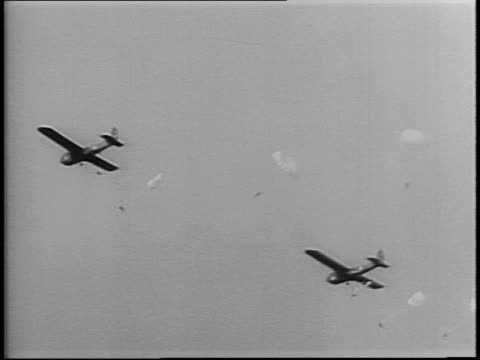 stockvideo's en b-roll-footage met newsreel / wwii / paratroopers and airborne infantry train using glider planes at camp maxton north carolina / - geallieerde mogendheden