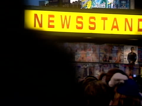 vidéos et rushes de newsstand and crowd in times square at night / new york city - kiosque à journaux