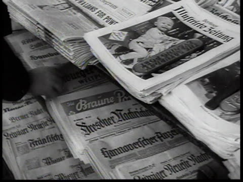 vidéos et rushes de 1938 montage newsstand with german newspapers / new york city, new york, usa - kiosque à journaux