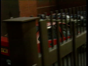 vídeos y material grabado en eventos de stock de court hearing; newton murder: court hearing; naf england: yorks: leeds tms car takes alan newton out of back gate of court after hearing - leeds