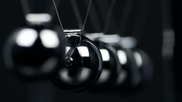 stockvideo's en b-roll-footage met newton's cradle macro - slinger van newton