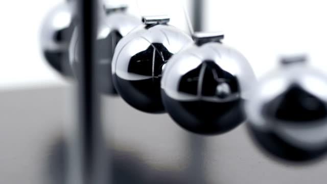 newton's cradle slow motion - gravitationsfält bildbanksvideor och videomaterial från bakom kulisserna