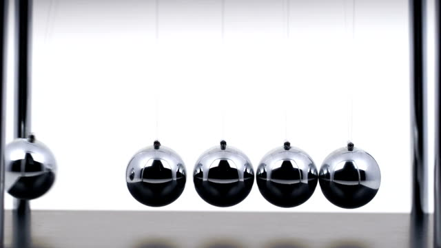 stockvideo's en b-roll-footage met newton's cradle slow motion - bal
