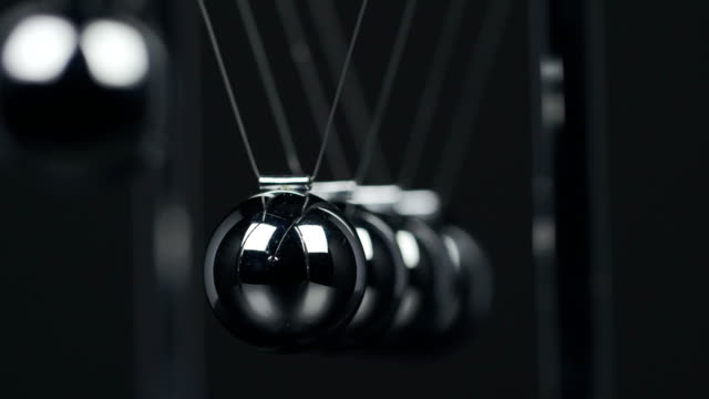 stockvideo's en b-roll-footage met newton's cradle slow motion - slinger van newton