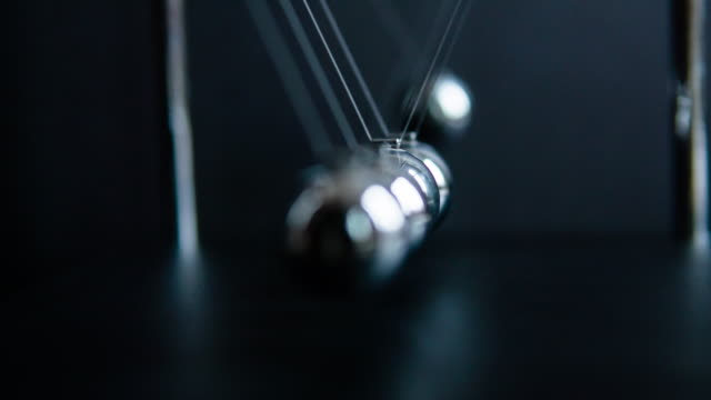 vídeos de stock e filmes b-roll de newton's cradle slow motion - classificados