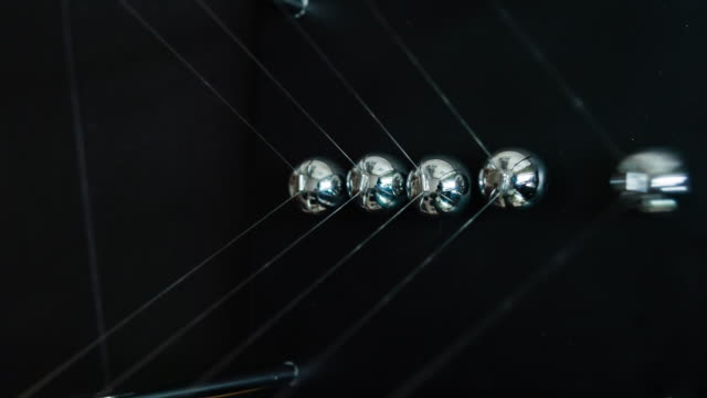 stockvideo's en b-roll-footage met newton's cradle slowmotion - vijf dingen