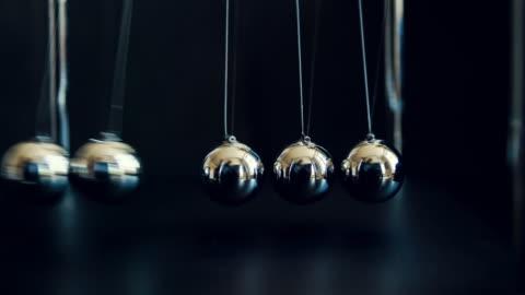 vidéos et rushes de pendule de newton au ralenti - ball