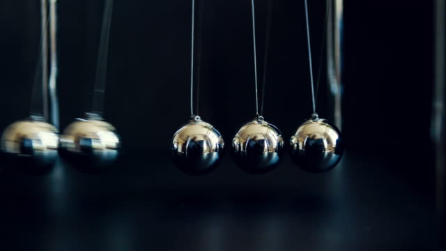 stockvideo's en b-roll-footage met newton's cradle slowmotion - bal
