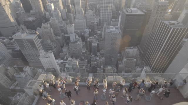 vídeos de stock, filmes e b-roll de newyork_15_4k_manhatten_topoftherocks_topshot_people_movement - ponto de observação