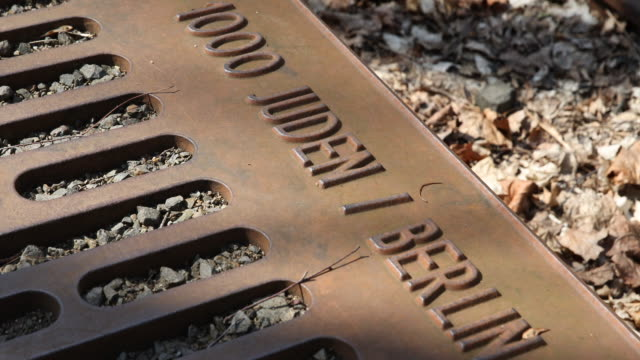 next to the entrance of the station berlin grunewald can be seen at a sunny day the memorial platform 17 on the ramp to the former platform 17 at the... - ausschluss stock-videos und b-roll-filmmaterial