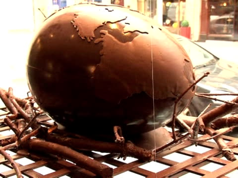 vídeos y material grabado en eventos de stock de next to the traditional easter eggs chickens and bells which are always a hit with french consumers this year highend chocolatiers in paris have... - ornate