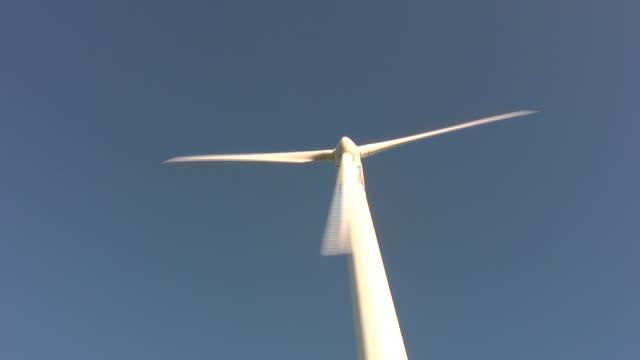 vídeos de stock e filmes b-roll de junto de turbina de vento de hd - vista de baixo para cima